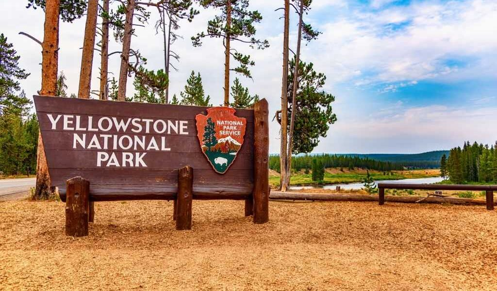 Free Travel Guide To Yellowstone National Park USA